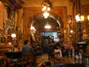 Uno de los mejores lugares para leer en Sarajevo: Zlatna Ribica. Imagen de Misha Popovikj